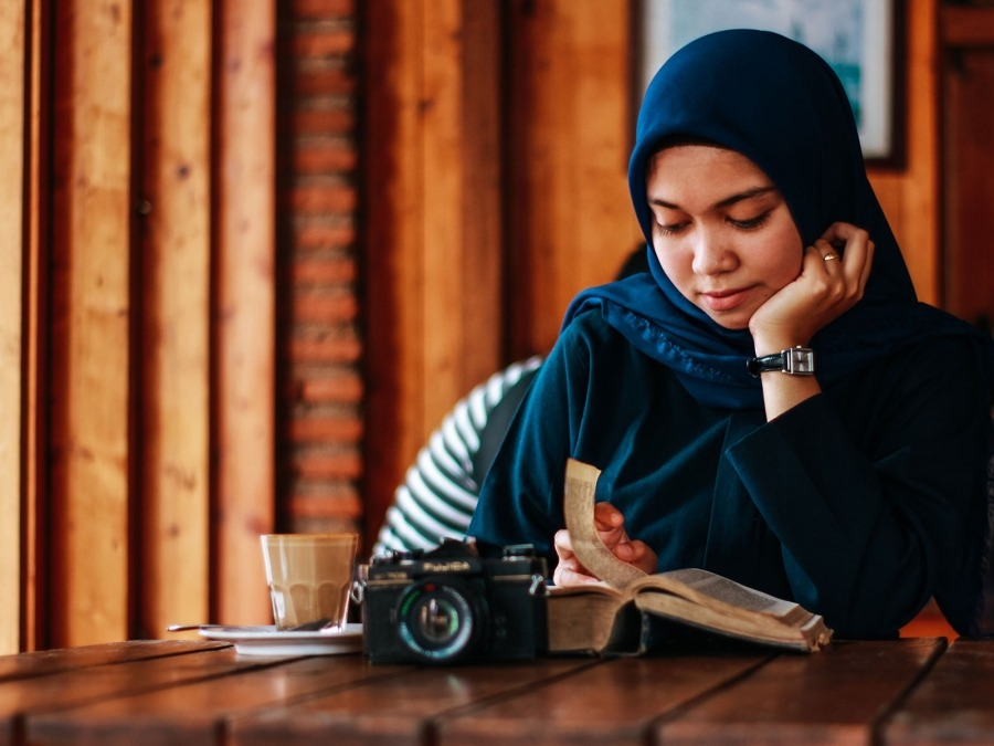 Girl reading in coffee shop